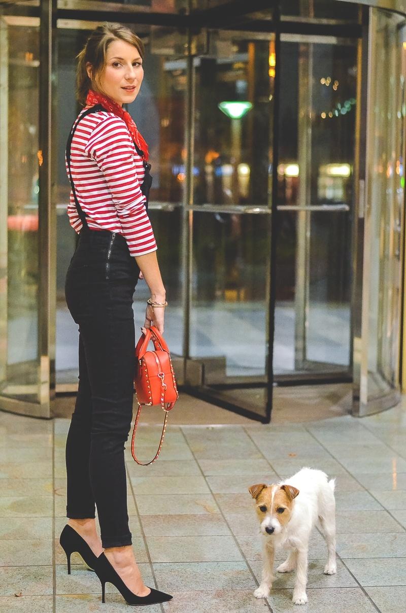 Outfit schwarze Skinny Latzhose , Pumps , Halstuch , Banana, rot , weiss , gestreift , shirt , Valentino , tasche 2