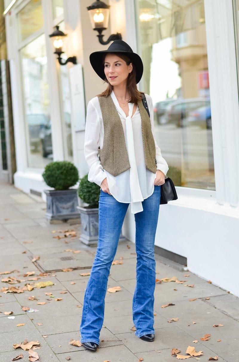 Outfit 70s Hut , Zara Weste , Schluppenbluse , Jeans , Schlaghose , Chloe 13