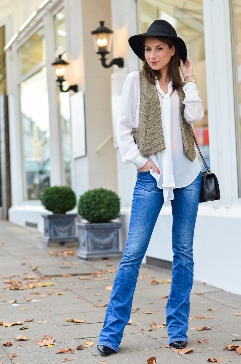 Outfit 70s Hut , Zara Weste , Schluppenbluse , Jeans , Schlaghose , Chloe 4
