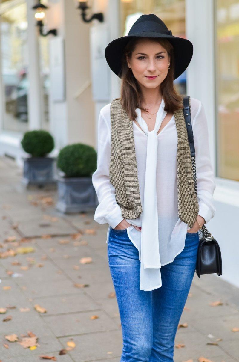 Outfit 70s Hut , Zara Weste , Schluppenbluse , Jeans , Schlaghose , Chloe 2