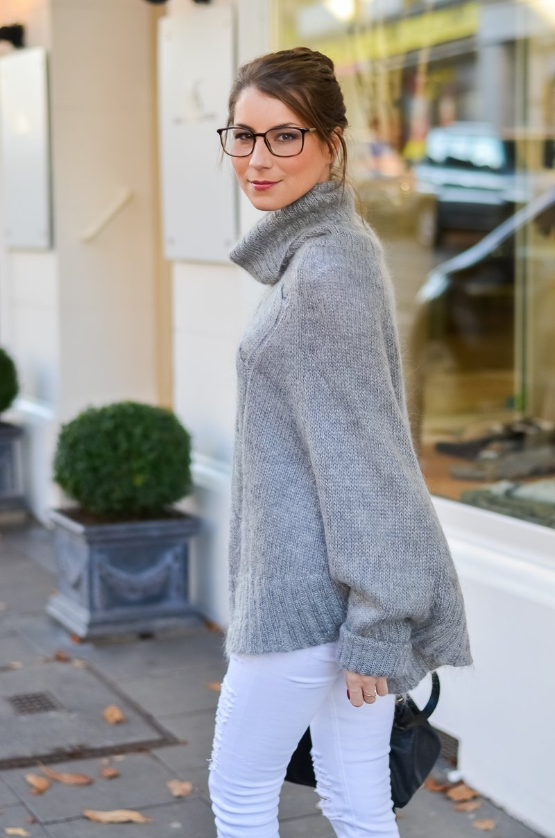 Outfit Blogger Dutt Gucci Brille Cape Poncho Pullover weisse Jeans Ankle Boots 13