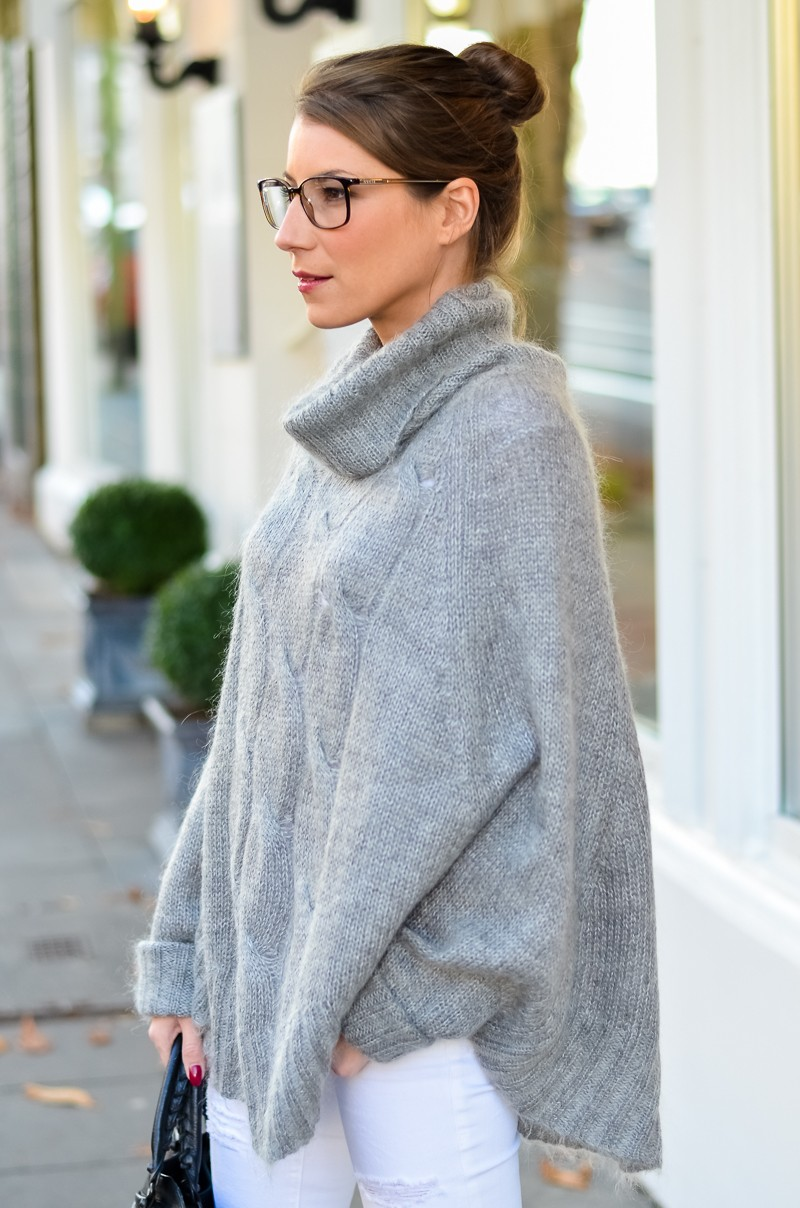 Outfit Blogger Dutt Gucci Brille Cape Poncho Pullover weisse Jeans Ankle Boots 7