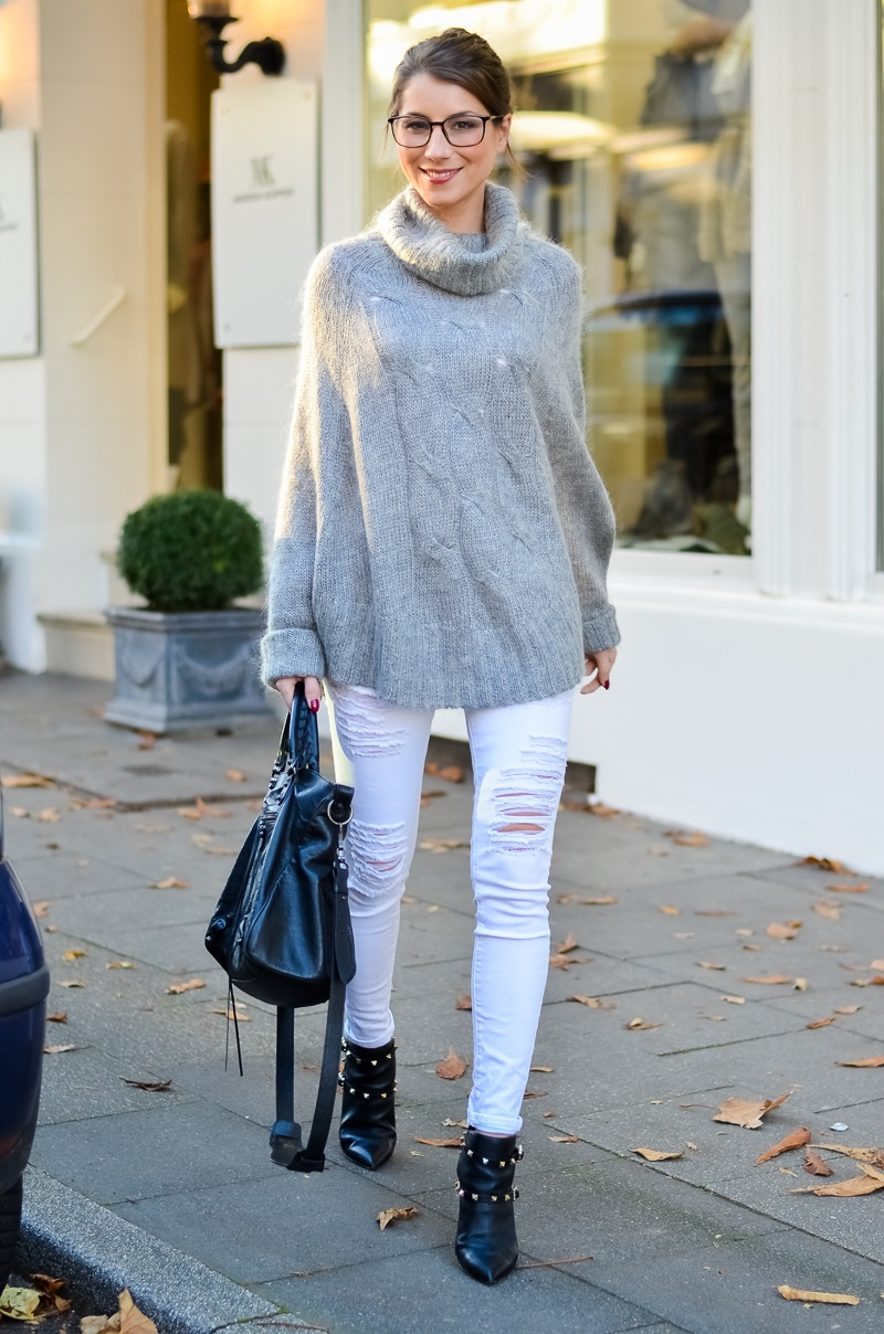 Outfit Blogger Dutt Gucci Brille Cape Poncho Pullover weisse Jeans Ankle Boots 6