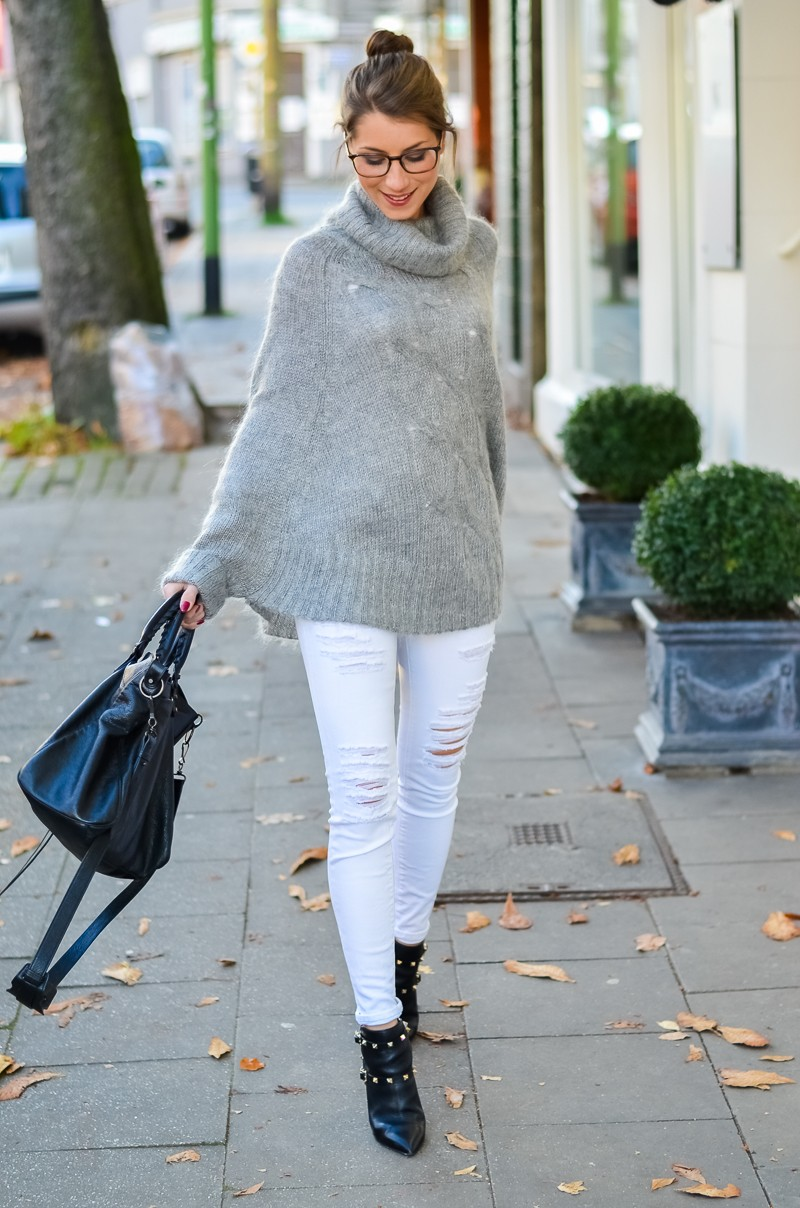 Outfit Blogger Dutt Gucci Brille Cape Poncho Pullover weisse Jeans Ankle Boots 4