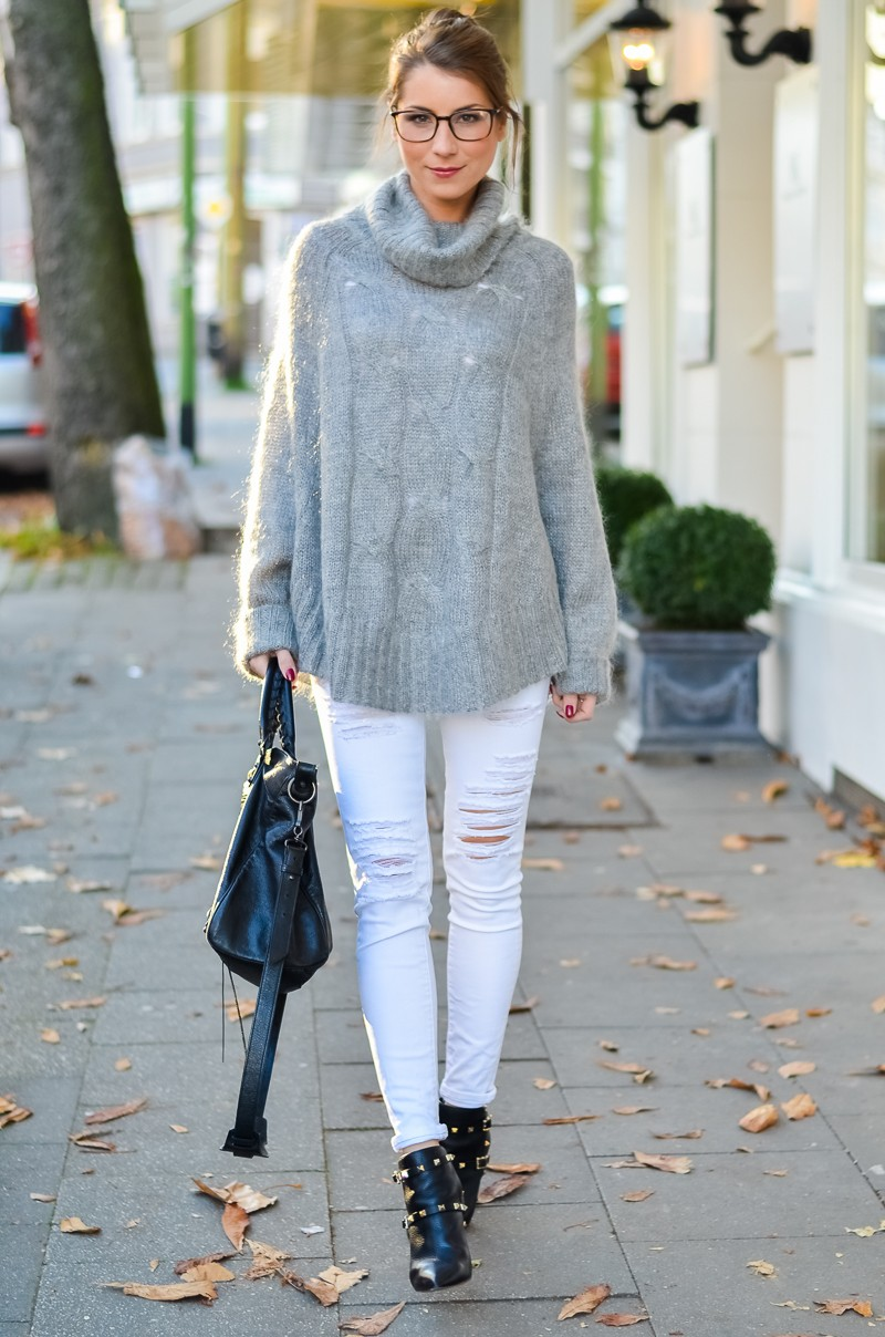 Outfit Blogger Dutt Gucci Brille Cape Poncho Pullover weisse Jeans Ankle Boots 3
