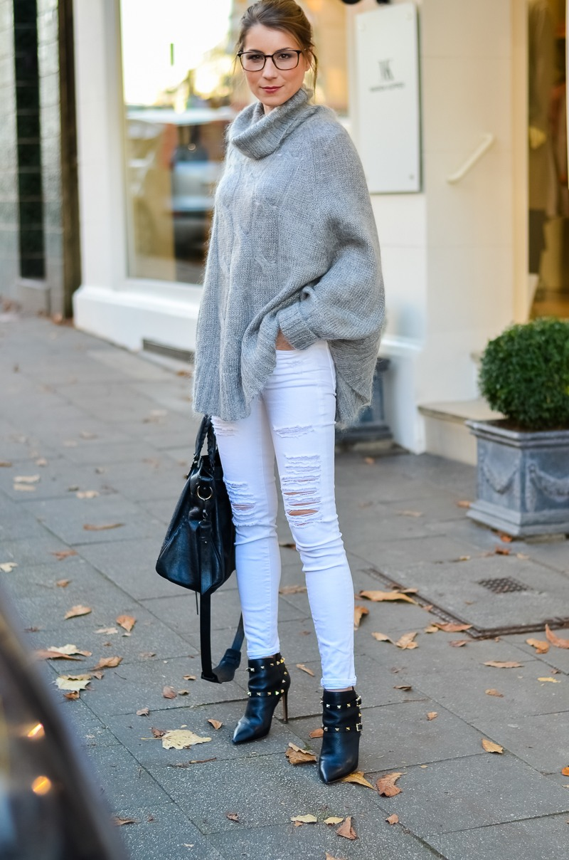 Outfit Blogger Dutt Gucci Brille Cape Poncho Pullover weisse Jeans Ankle Boots 1