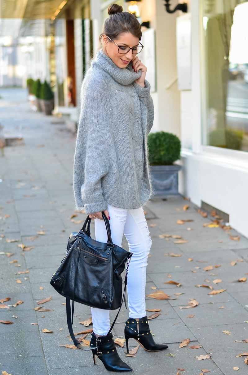 Outfit Blogger Dutt Gucci Brille Cape Poncho Pullover weisse Jeans Ankle Boots 9