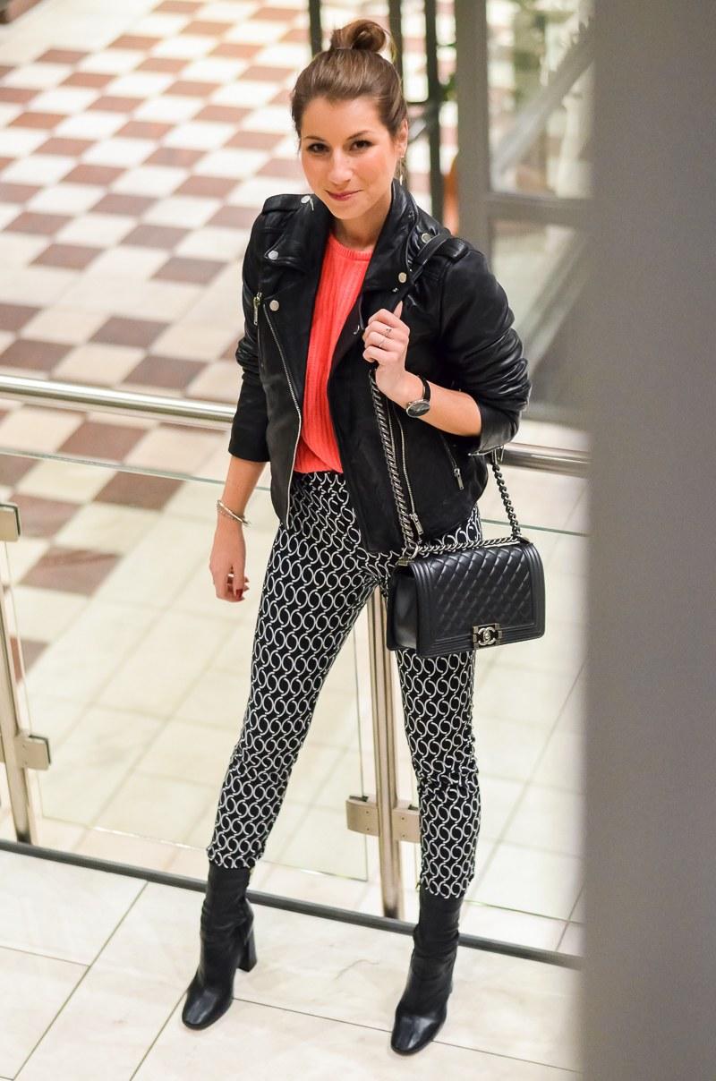 Outfit Dutt Print Hose Lederjacke pinker Pullover 12