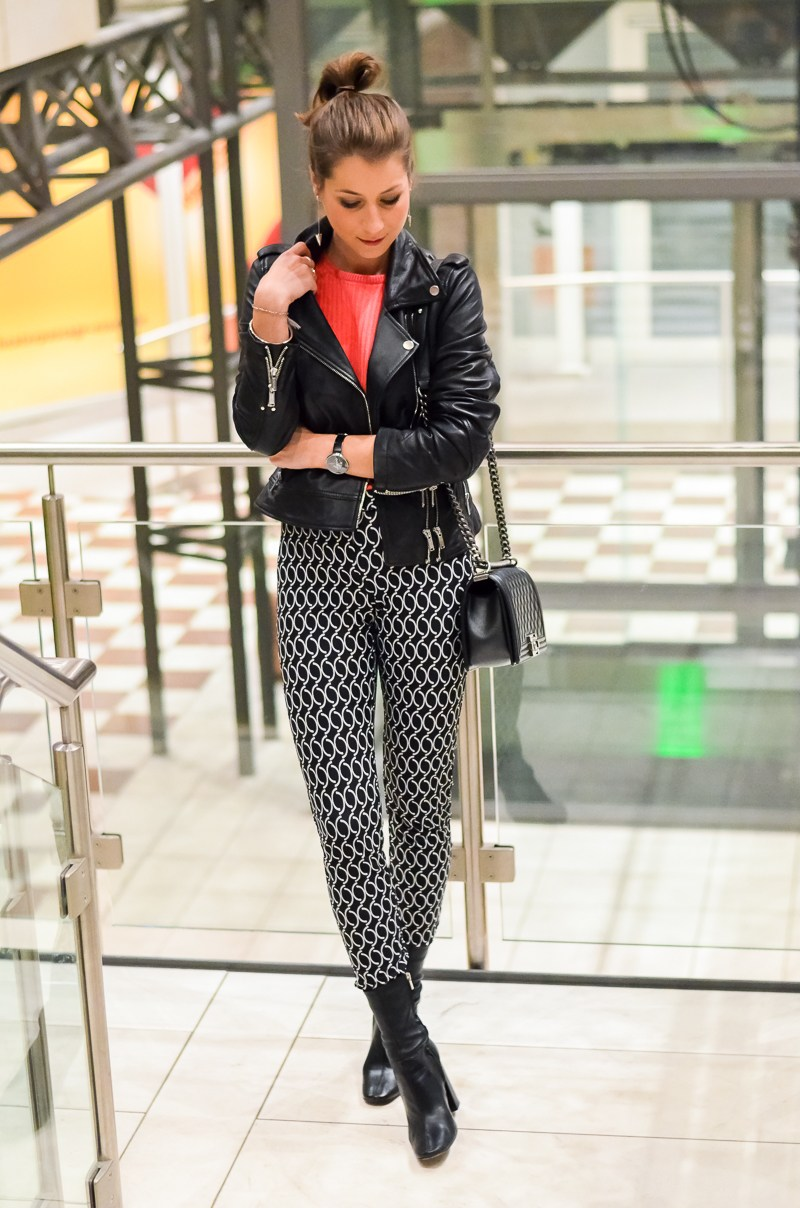 Outfit Dutt Print Hose Lederjacke pinker Pullover 13