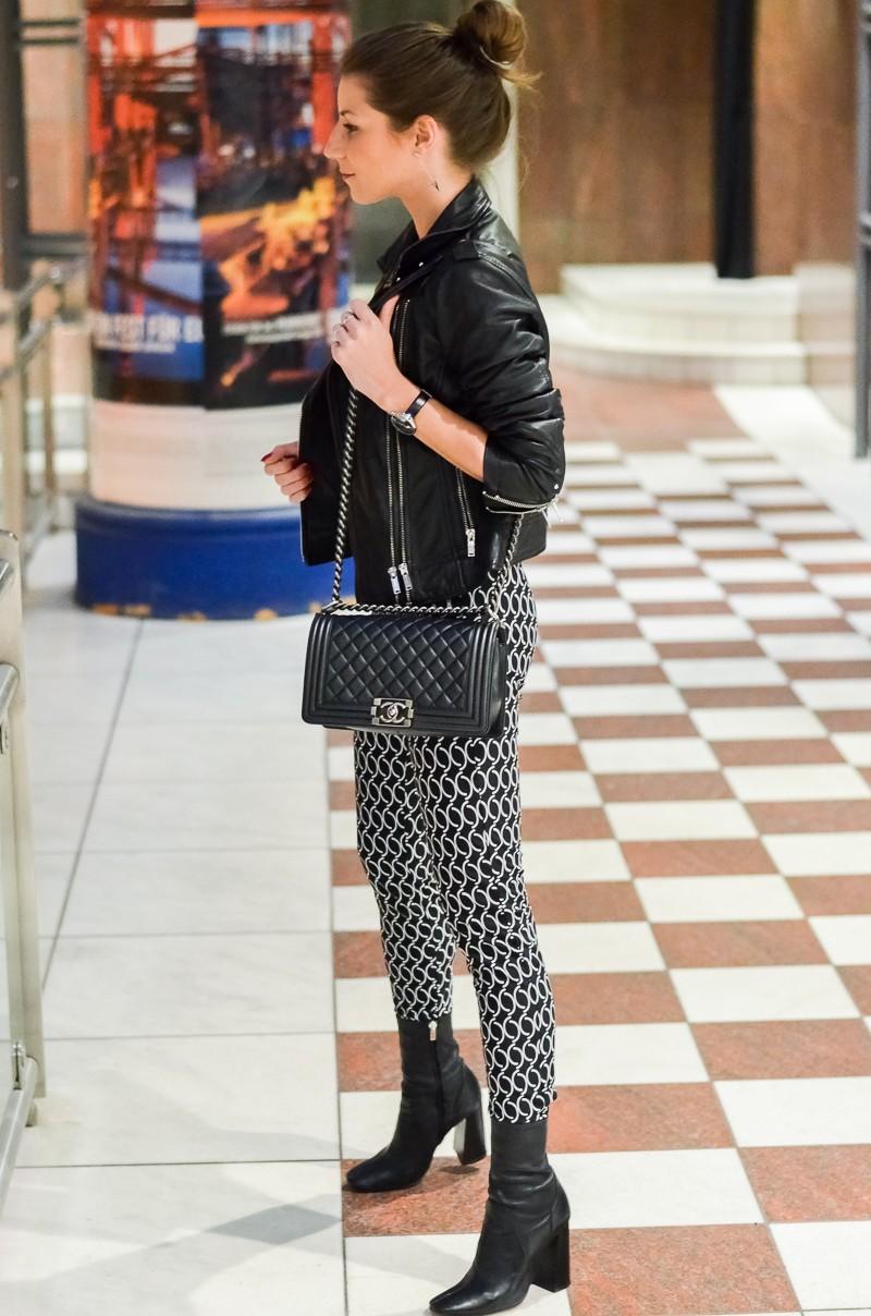 Outfit Dutt Print Hose Lederjacke pinker Pullover 4