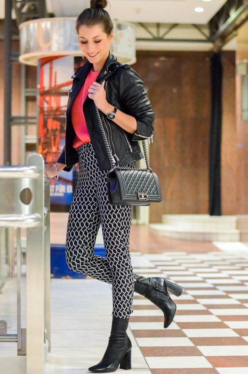 Outfit Dutt Print Hose Lederjacke pinker Pullover 5