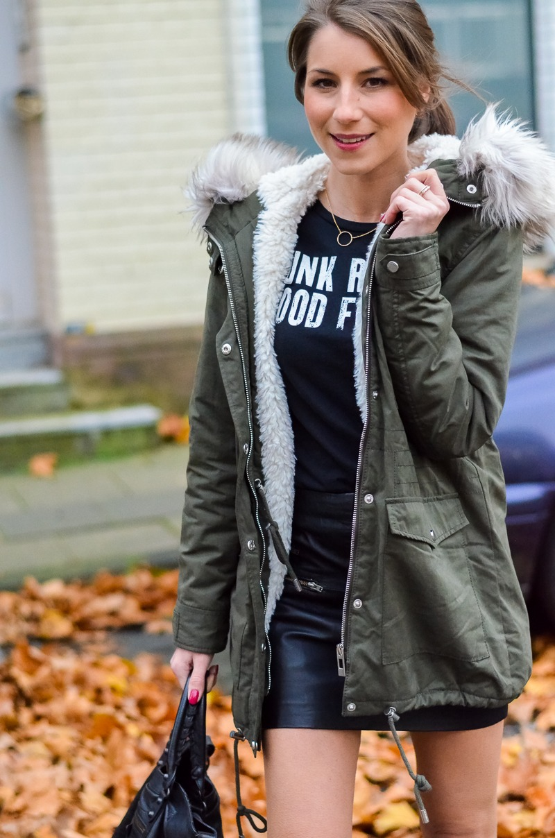 Outfit Kunstfell Parka Shirt Leder Minirock Ankle Boots 6