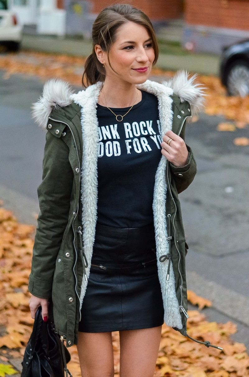 Outfit Kunstfell Parka Shirt Leder Minirock Ankle Boots 2