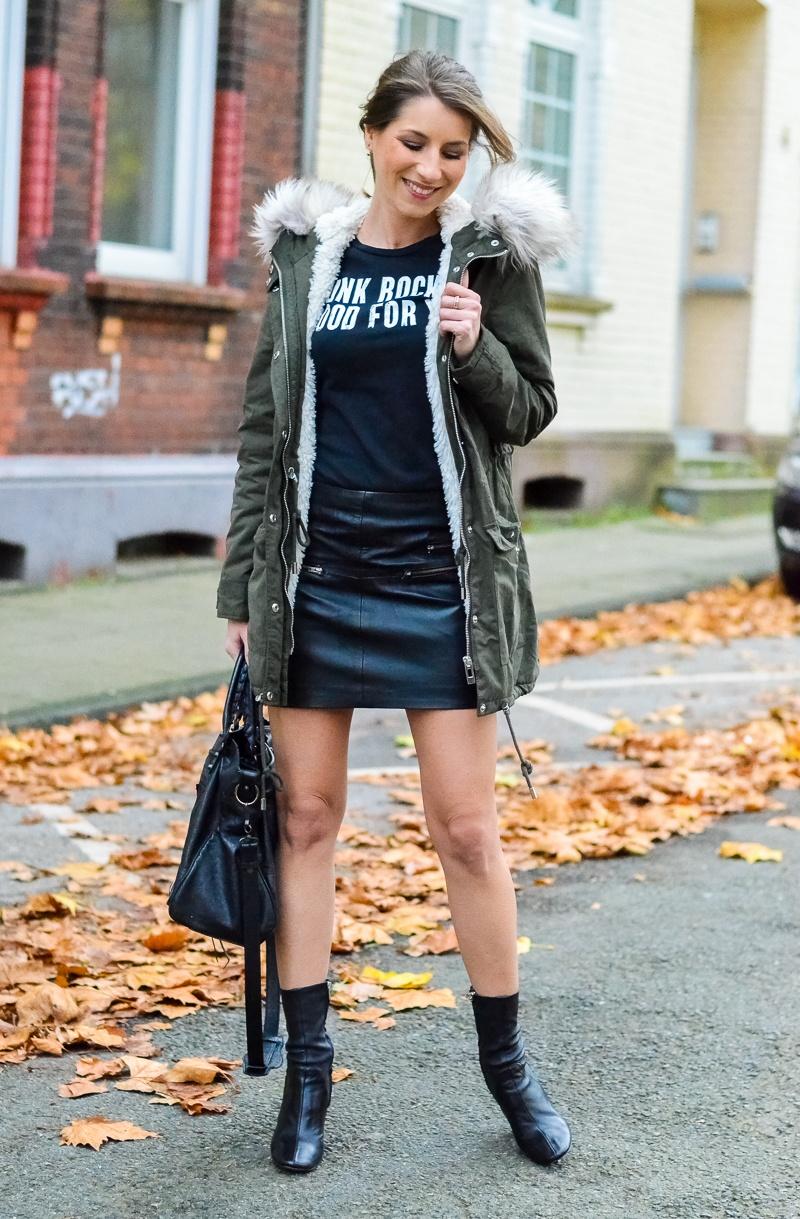 Outfit Kunstfell Parka Shirt Leder Minirock Ankle Boots 14
