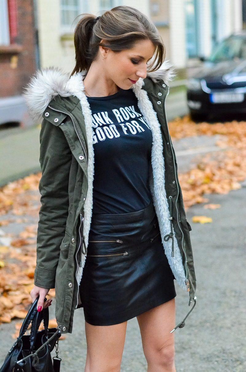Outfit Kunstfell Parka Shirt Leder Minirock Ankle Boots 12