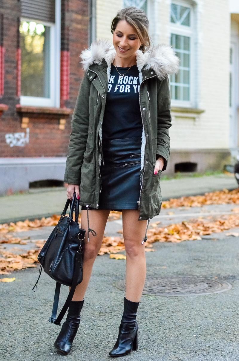 Outfit Kunstfell Parka Shirt Leder Minirock Ankle Boots 10