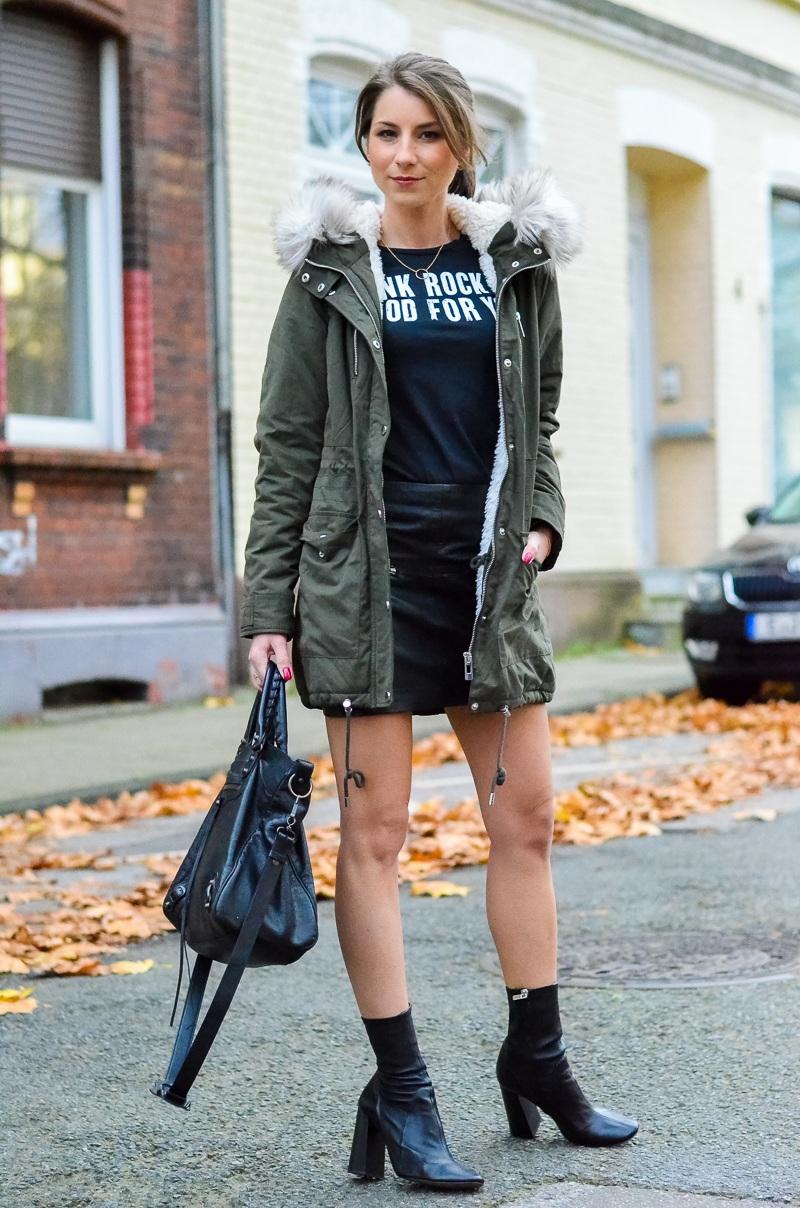 Outfit Kunstfell Parka Shirt Leder Minirock Ankle Boots 9