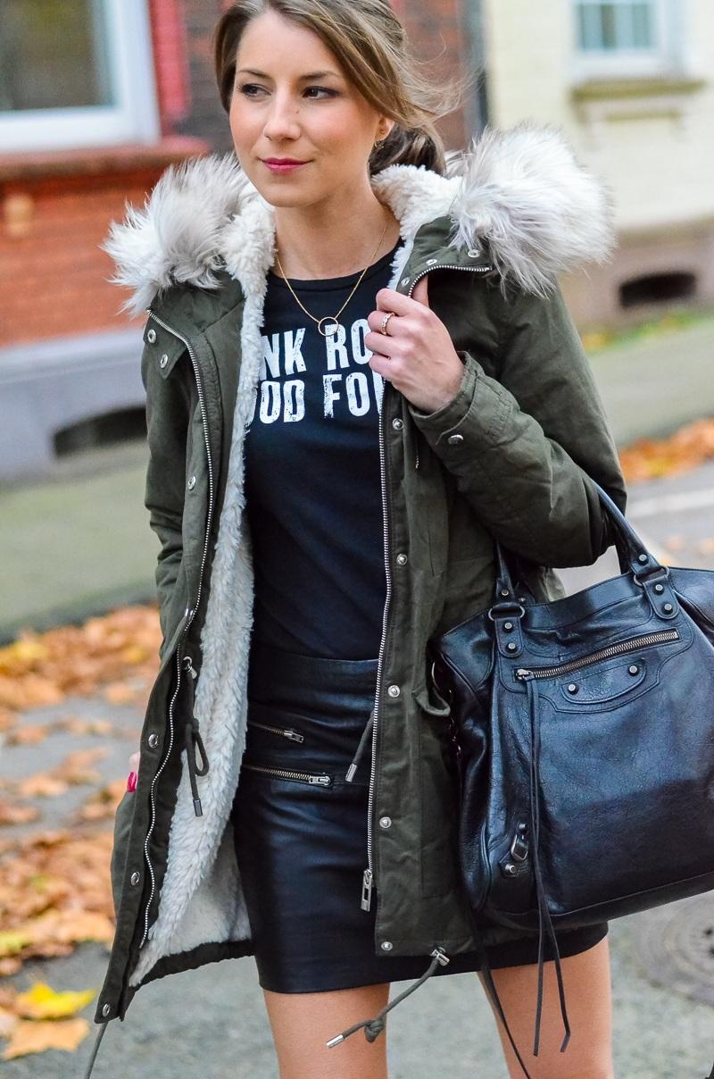 Outfit Kunstfell Parka Shirt Leder Minirock Ankle Boots 8