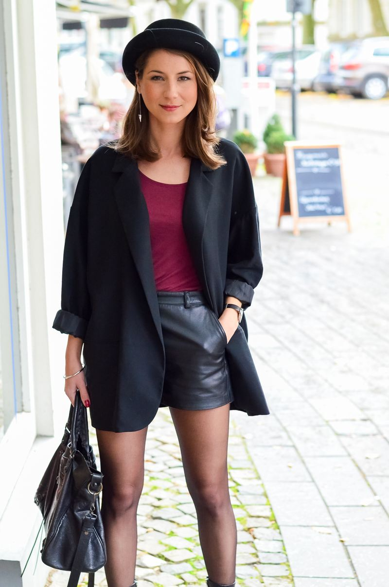 Outfit Ledershorts Herbst Oversized Blazer Strumpfhose Ankle Boots (16 von 18)