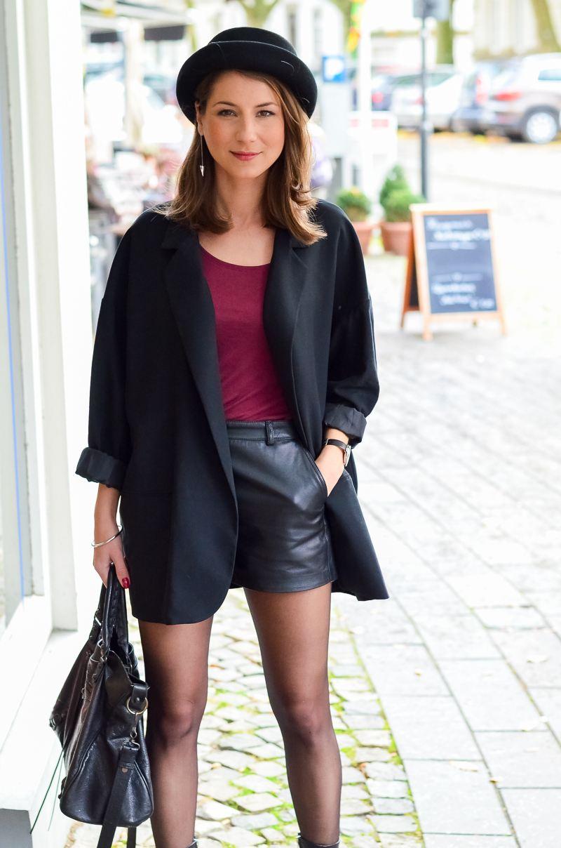 Outfit Ledershorts Herbst Oversized Blazer Strumpfhose Ankle Boots (16 von 18)