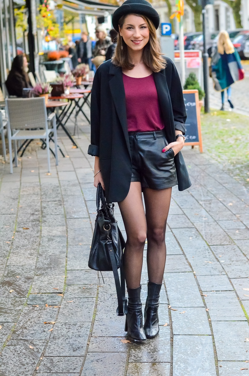 Outfit Ledershorts Herbst Oversized Blazer Strumpfhose Ankle Boots (18 von 18)