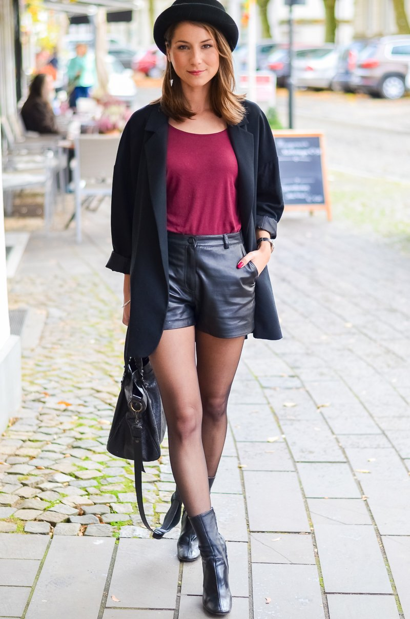 Outfit Ledershorts Herbst Oversized Blazer Strumpfhose Ankle Boots (12 von 18)