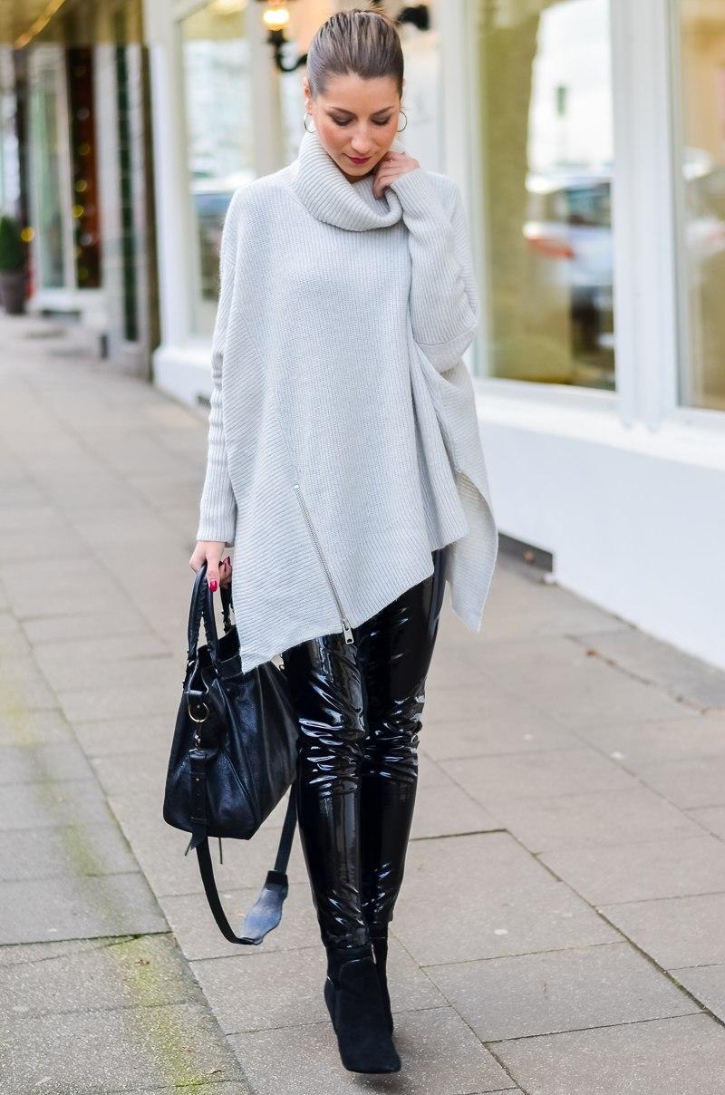 Outfit Winter Lack Latex Hose Oversized asymmetrischer Rollkragen Pullover Ankle Boots Balenciaga Tasche kombinieren Style Look 14