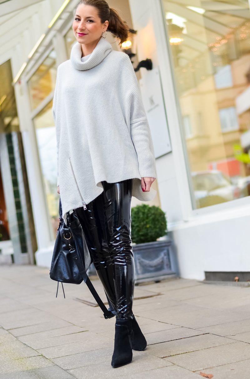 Outfit Winter Lack Latex Hose Oversized asymmetrischer Rollkragen Pullover Ankle Boots Balenciaga Tasche kombinieren Style Look 5
