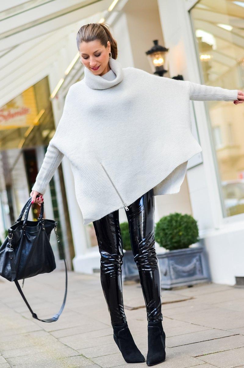 Outfit Winter Lack Latex Hose Oversized asymmetrischer Rollkragen Pullover Ankle Boots Balenciaga Tasche kombinieren Style Look 4