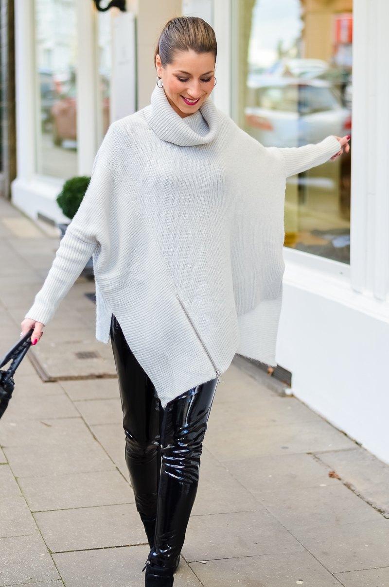 Outfit Winter Lack Latex Hose Oversized asymmetrischer Rollkragen Pullover Ankle Boots Balenciaga Tasche kombinieren Style Look 3