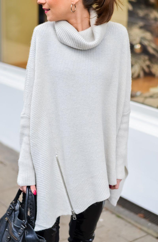 Outfit Winter Lack Latex Hose Oversized asymmetrischer Rollkragen Pullover Ankle Boots Balenciaga Tasche kombinieren Style Look 2