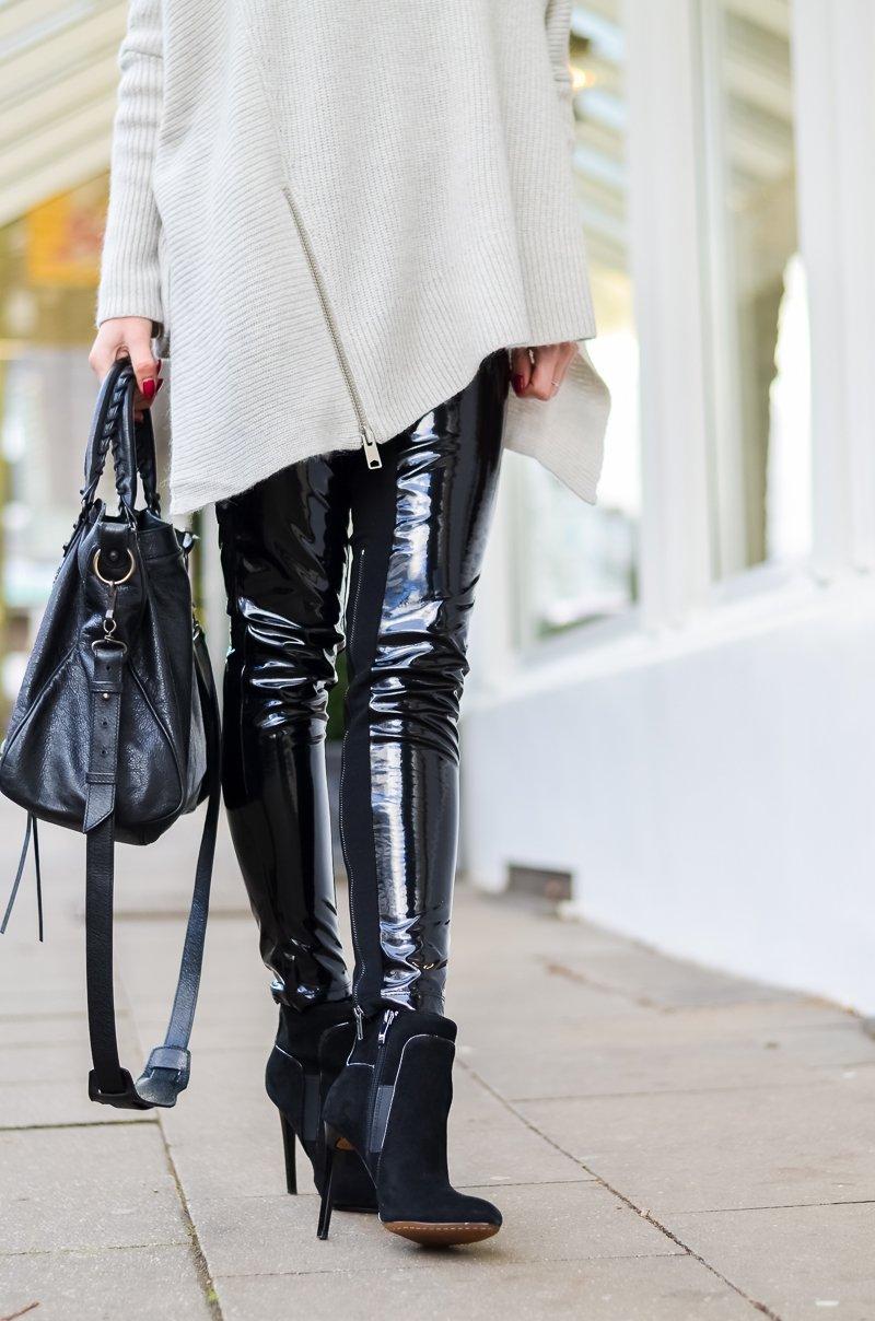 Outfit Winter Lack Latex Hose Oversized asymmetrischer Rollkragen Pullover Ankle Boots Balenciaga Tasche kombinieren Style Look 1