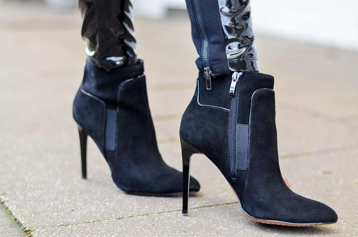 Outfit Winter Lack Latex Hose Oversized asymmetrischer Rollkragen Pullover Ankle Boots Balenciaga Tasche kombinieren Style Look
