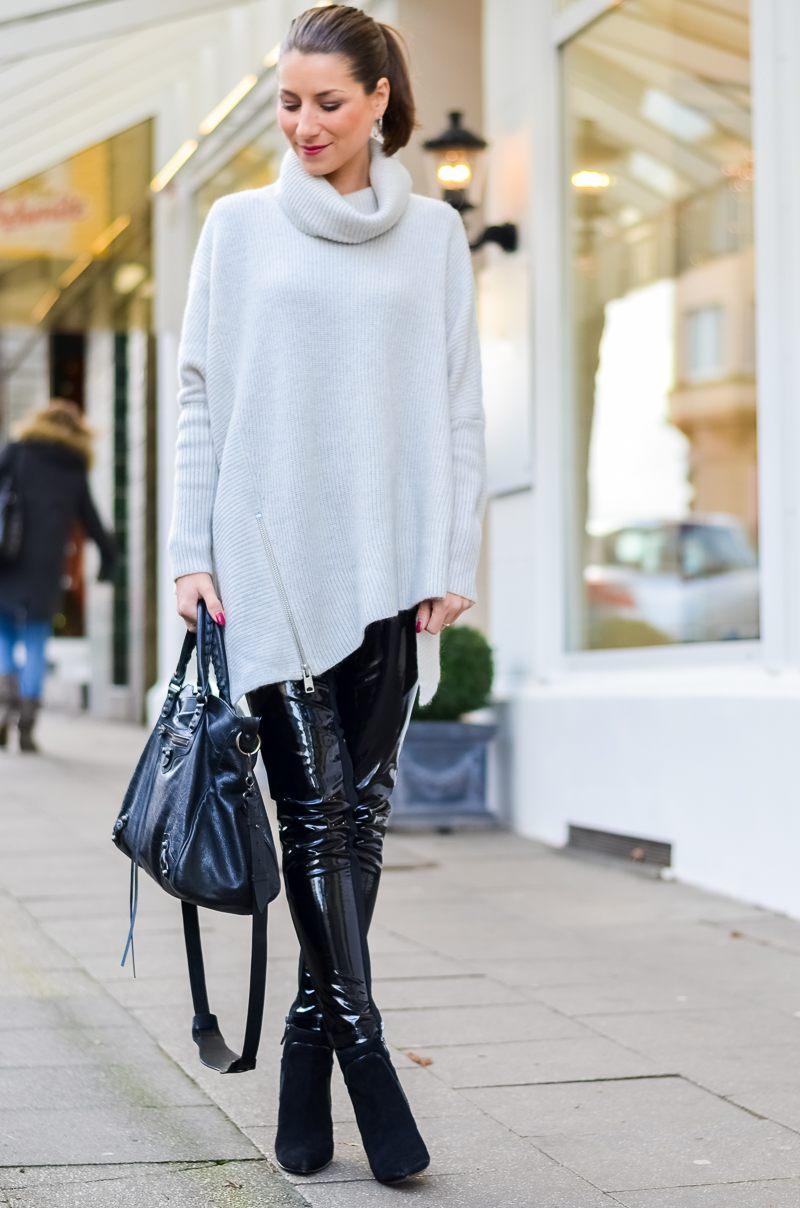 Outfit Winter Lack Latex Hose Oversized asymmetrischer Rollkragen Pullover Ankle Boots Balenciaga Tasche kombinieren Style Look 12