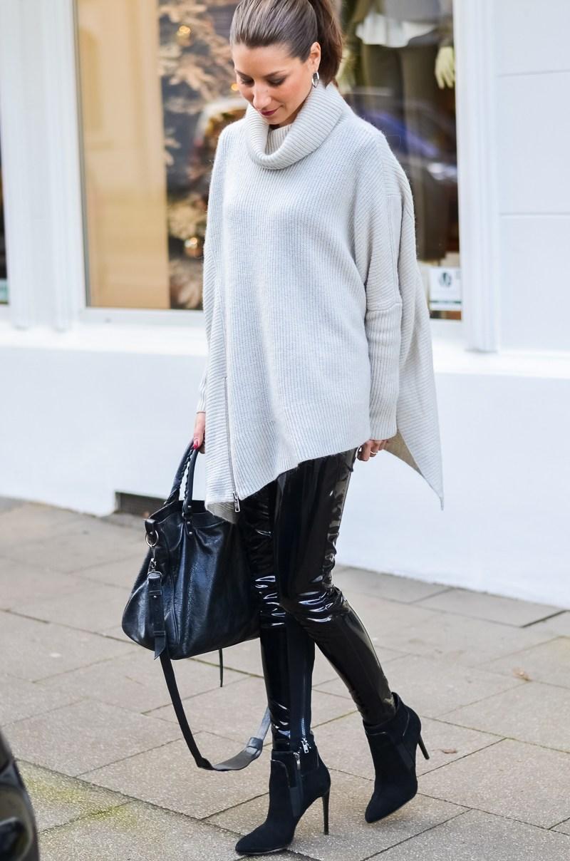 Outfit Winter Lack Latex Hose Oversized asymmetrischer Rollkragen Pullover Ankle Boots Balenciaga Tasche kombinieren Style Look 11