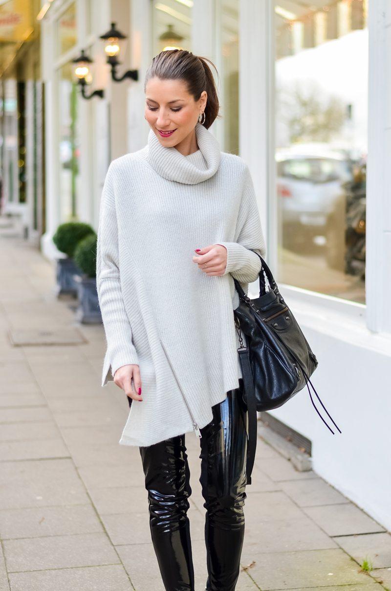 Outfit Winter Lack Latex Hose Oversized asymmetrischer Rollkragen Pullover Ankle Boots Balenciaga Tasche kombinieren Style Look 10