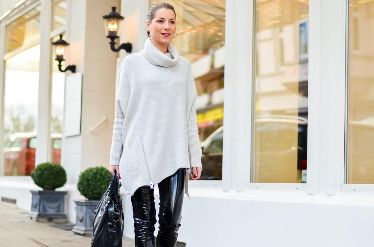 Outfit Winter Lack Latex Hose Oversized asymmetrischer Rollkragen Pullover Ankle Boots Balenciaga Tasche kombinieren Style Look 9