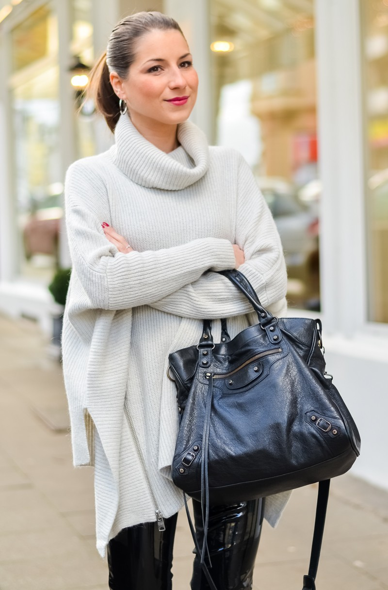 Outfit Winter Lack Latex Hose Oversized asymmetrischer Rollkragen Pullover Ankle Boots Balenciaga Tasche kombinieren Style Look 8