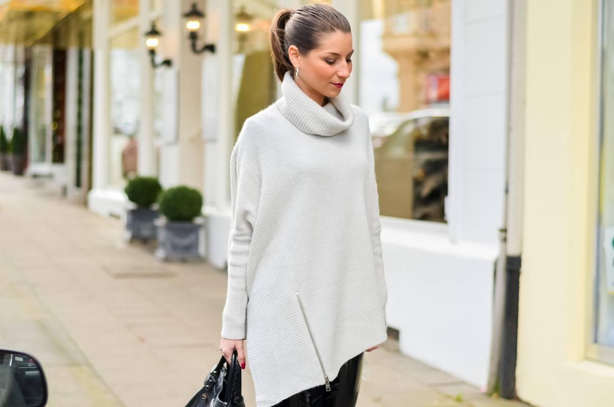 Outfit Winter Lack Latex Hose Oversized asymmetrischer Rollkragen Pullover Ankle Boots Balenciaga Tasche kombinieren Style Look 7