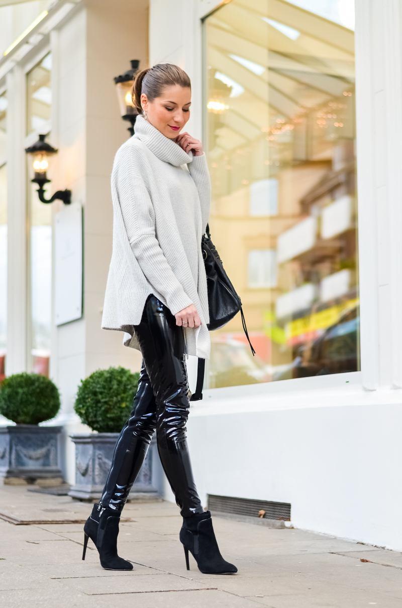 Outfit Winter Lack Latex Hose Oversized asymmetrischer Rollkragen Pullover Ankle Boots Balenciaga Tasche kombinieren Style Look 6