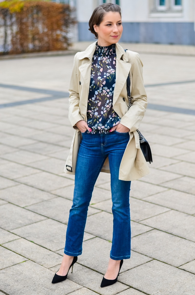 Outfit , Zara, viktorianische bluse , cropped flare jeans , Pumps , Trenchcoat 10