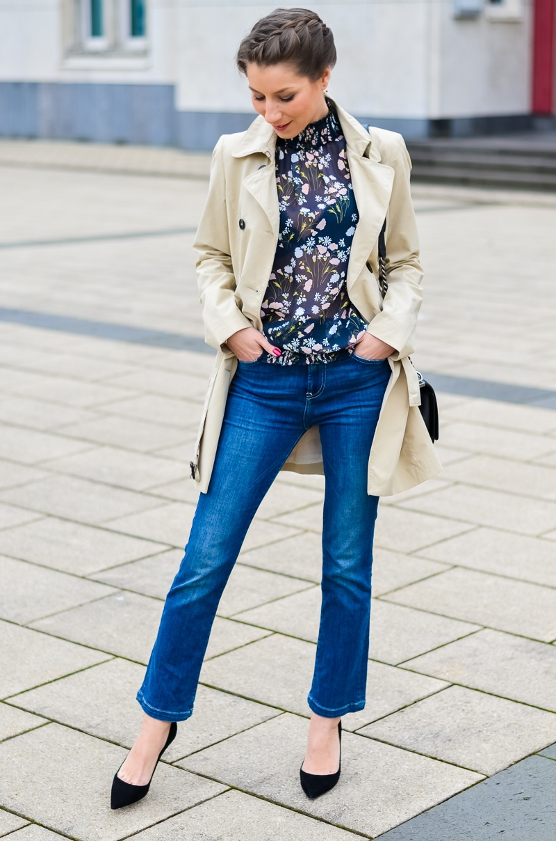 Outfit , Zara, viktorianische bluse , cropped flare jeans , Pumps , Trenchcoat 11