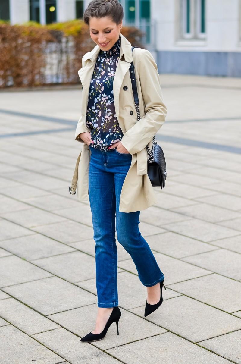 Outfit , Zara, viktorianische bluse , cropped flare jeans , Pumps , Trenchcoat (12 von 12)