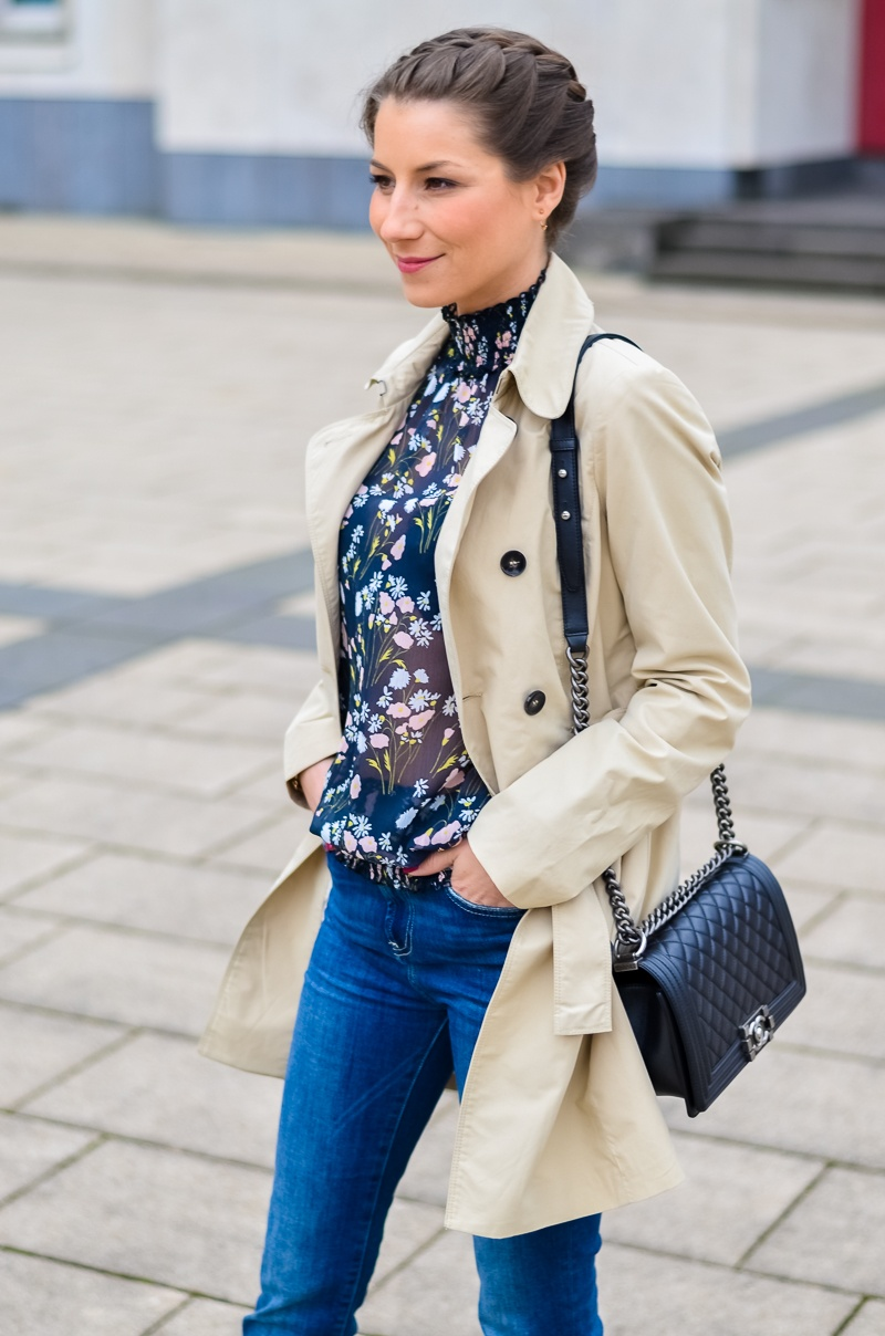 Outfit , Zara, viktorianische bluse , cropped flare jeans , Pumps , Trenchcoat 2