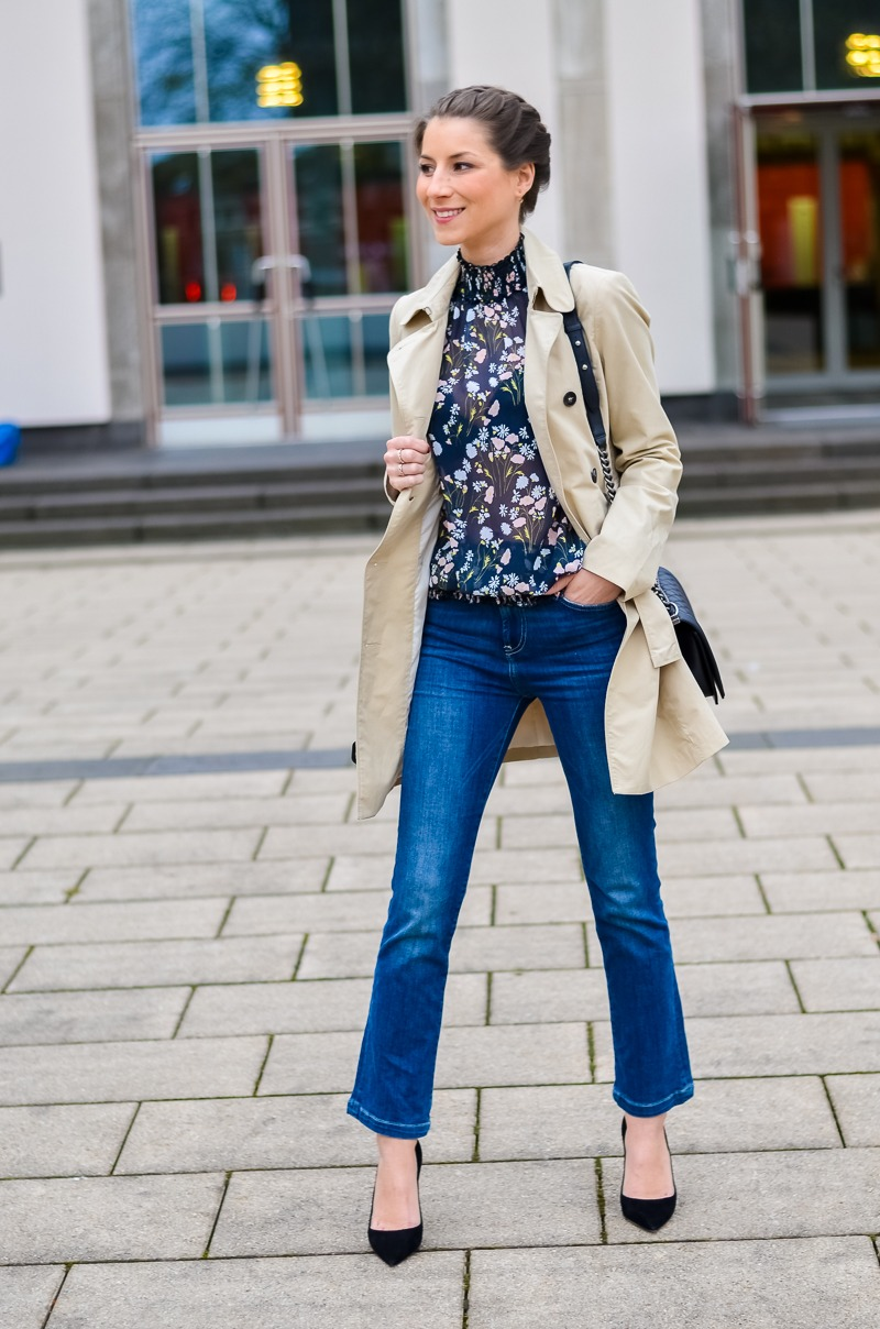 Outfit , Zara, viktorianische bluse , cropped flare jeans , Pumps , Trenchcoat 3