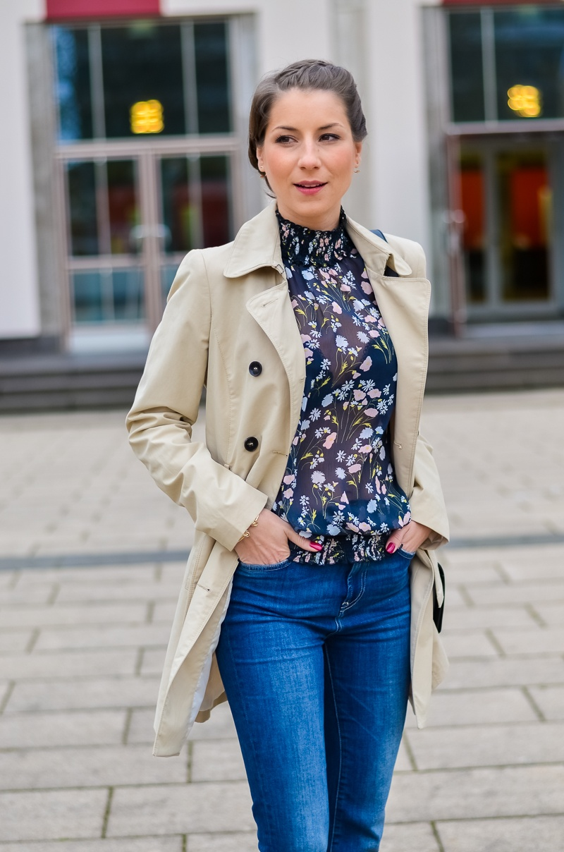 Outfit , Zara, viktorianische bluse , cropped flare jeans , Pumps , Trenchcoat 4