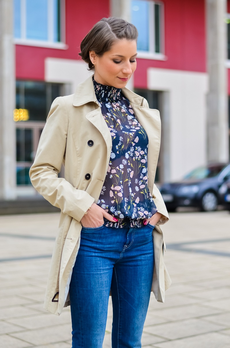 Outfit , Zara, viktorianische bluse , cropped flare jeans , Pumps , Trenchcoat 5