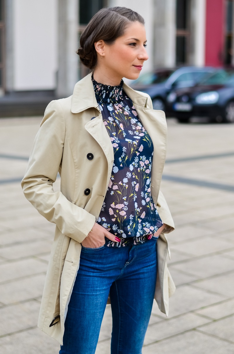 Outfit , Zara, viktorianische bluse , cropped flare jeans , Pumps , Trenchcoat 6