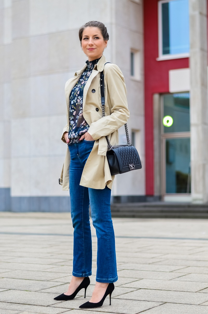 Outfit , Zara, viktorianische bluse , cropped flare jeans , Pumps , Trenchcoat 8