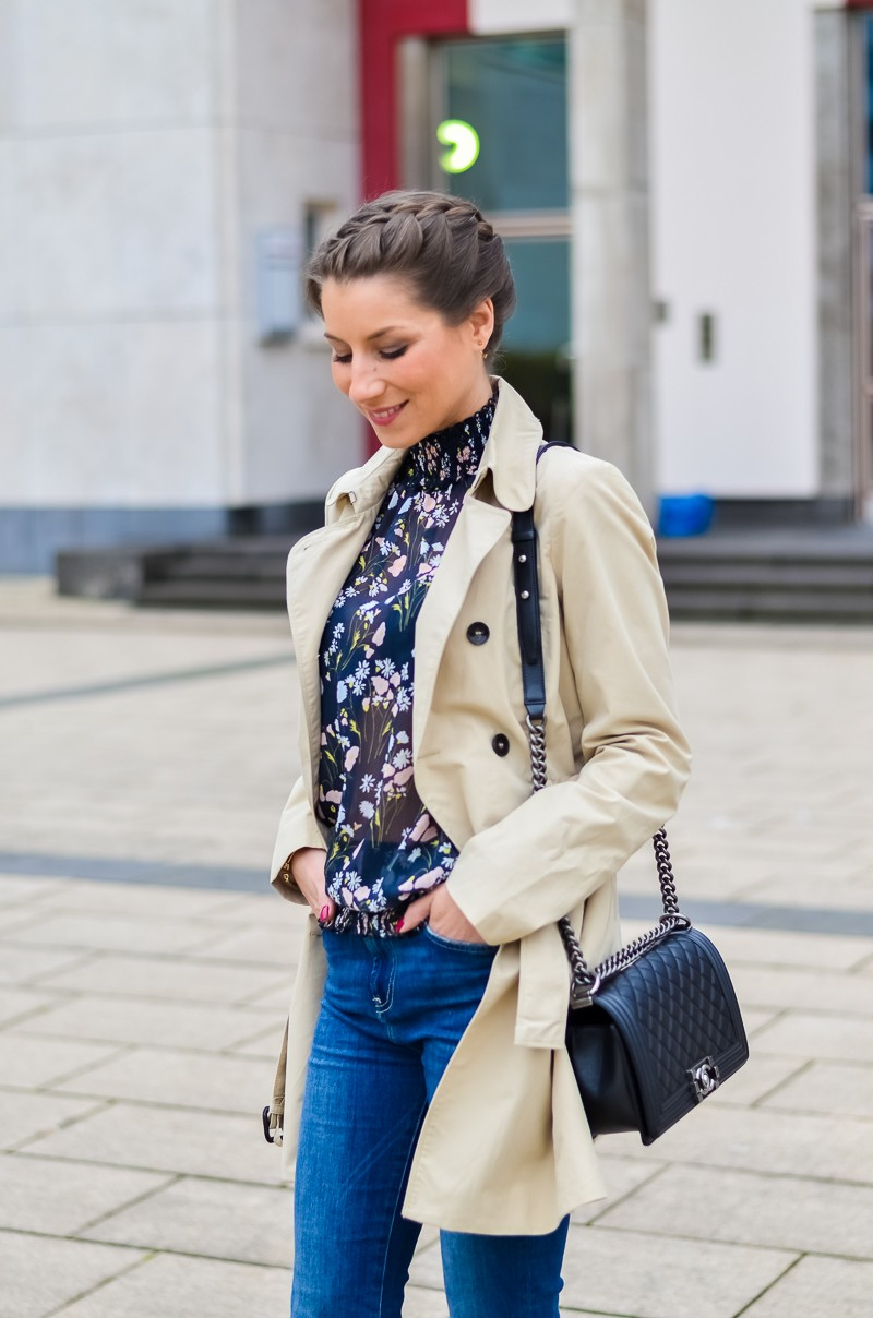 Outfit , Zara, viktorianische bluse , cropped flare jeans , Pumps , Trenchcoat 9